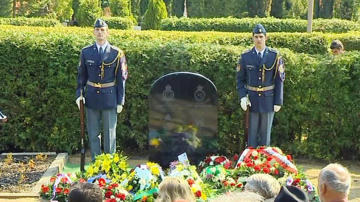 Čestná stráž u pomníku popravených vojáků