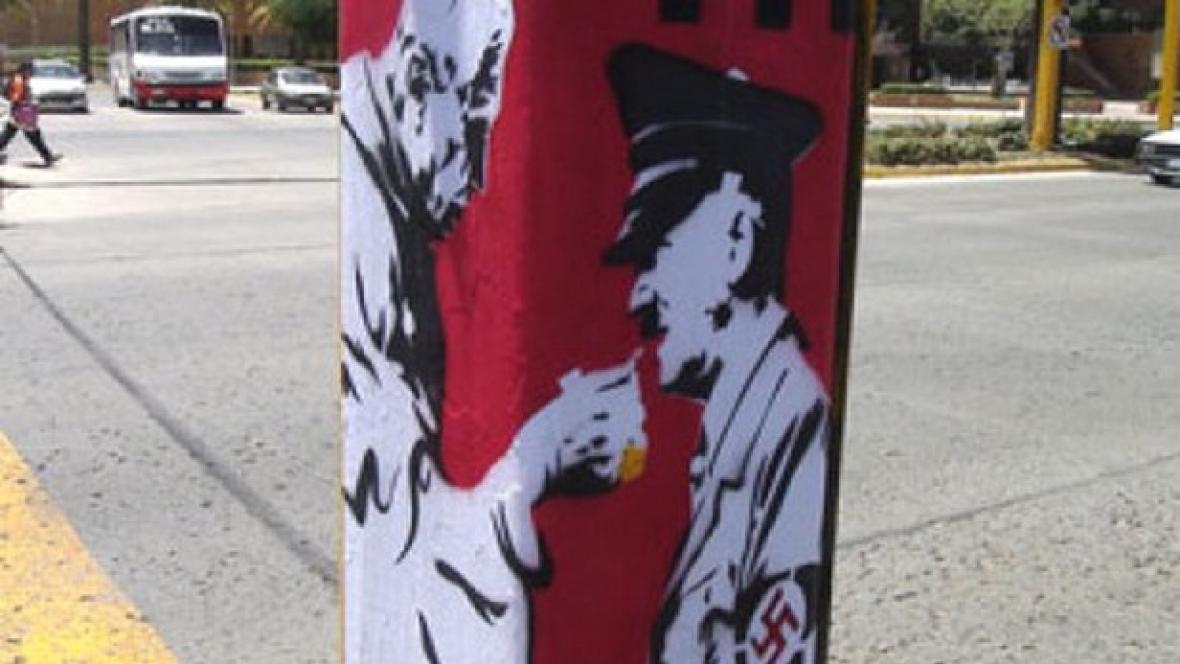Plakát s papežem podávajícím Hitlerovi hostii