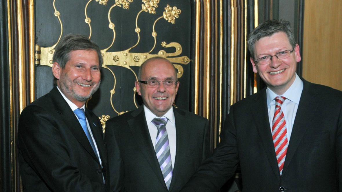 Zleva eurokomisař Johannes Hahn, ministr Kamil Jankovský a eurokomisař László Andor