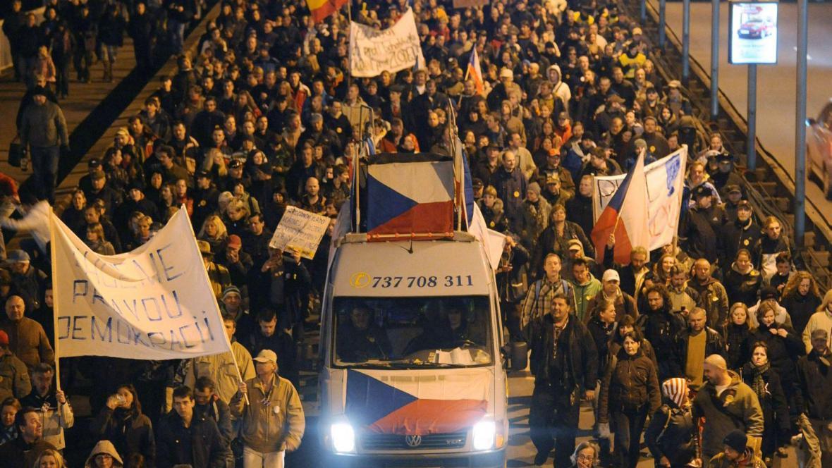 Demonstranti na Nuselském mostě