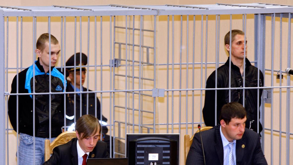 Dzmitryj Kanavalav a Uladzislav Kavaljov před soudem