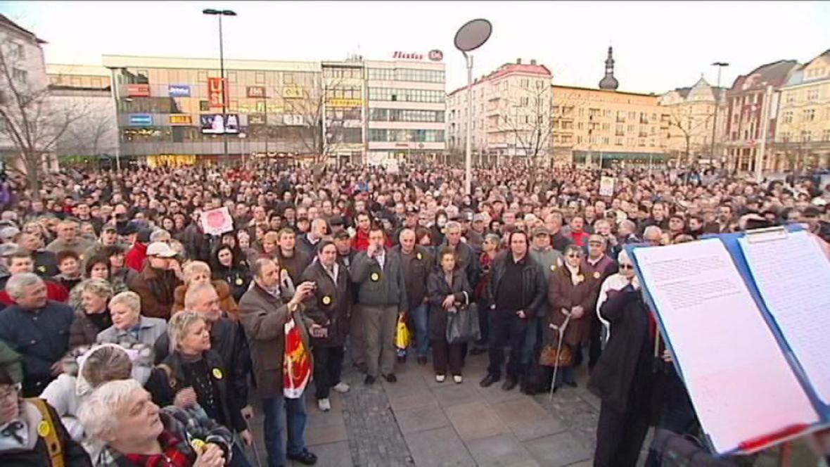 Tisíce lidí na náměstích