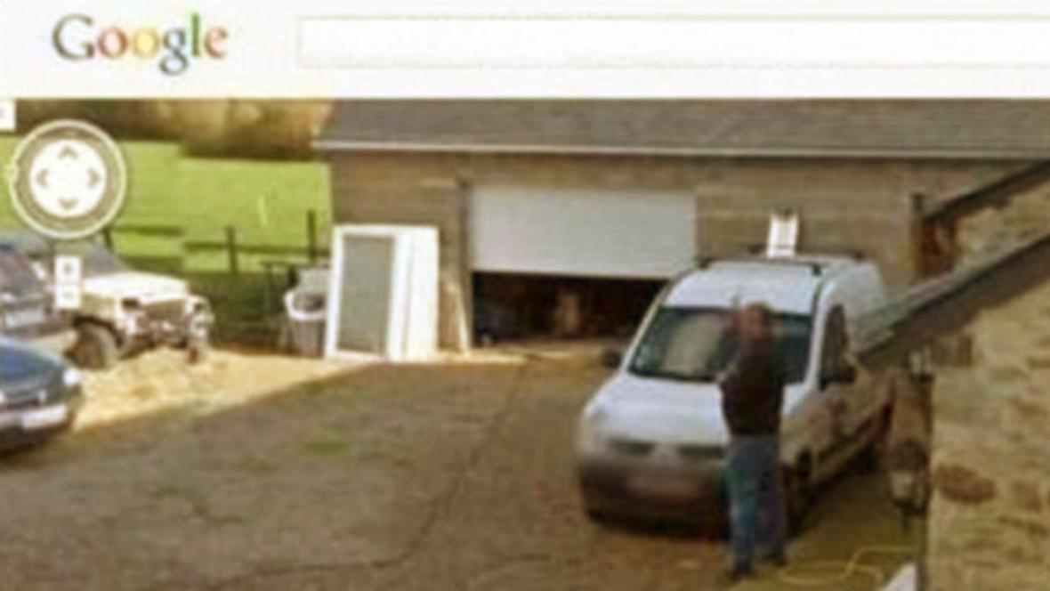 Google zachytil Francouze močícího na dvorku