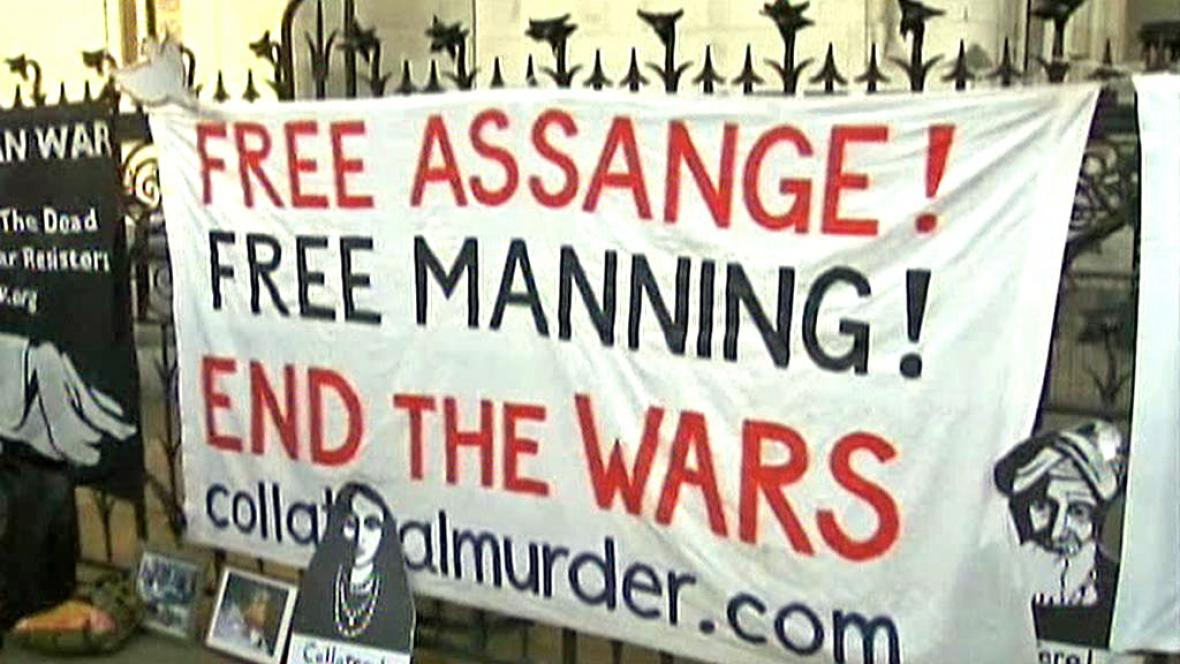 Demonstrace na podporu Manninga a Assange
