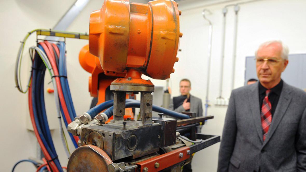 Jiří Drahoš při otvírání laboratoře plazmových technologií