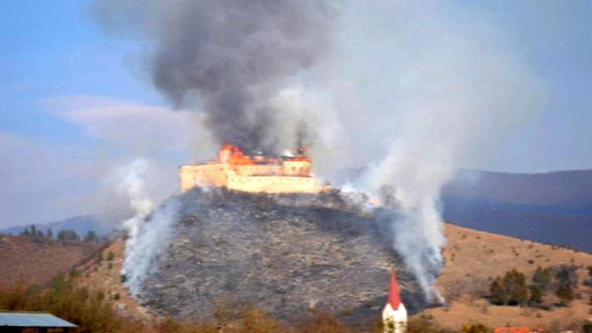 Hrad Krásna Horka zachvátil požár