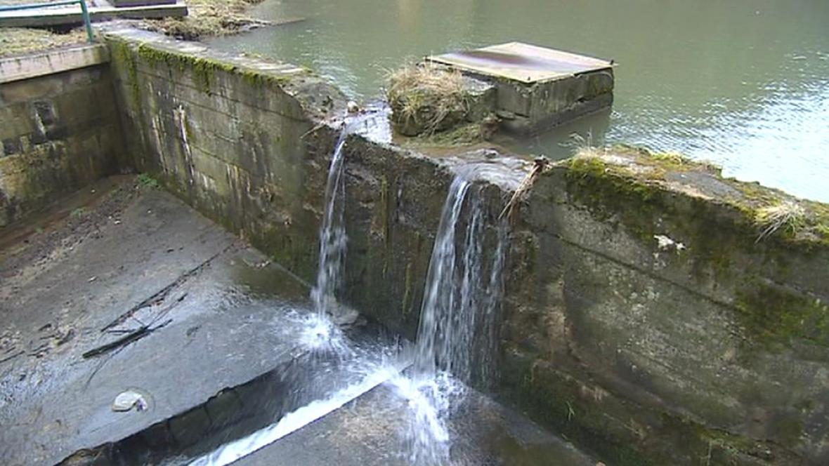 Poškozená hráz rybníka v Chotyni