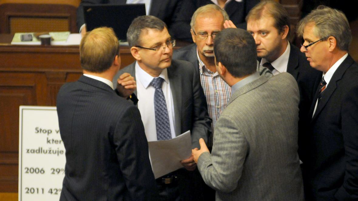 Poslanci ČSSD diskutují v Poslanecké sněmovně