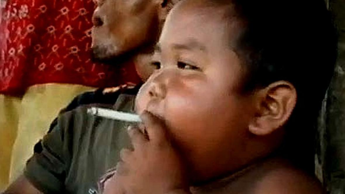 Indonéský chlapec s cigaretou