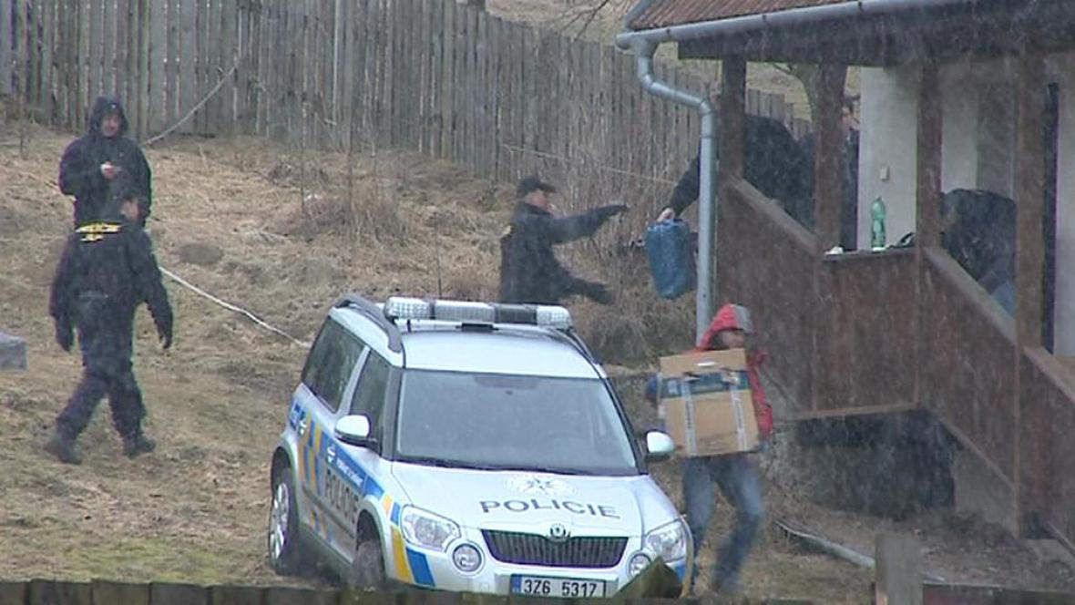Přesun nalezených zbraní z přístavku v Doubravách