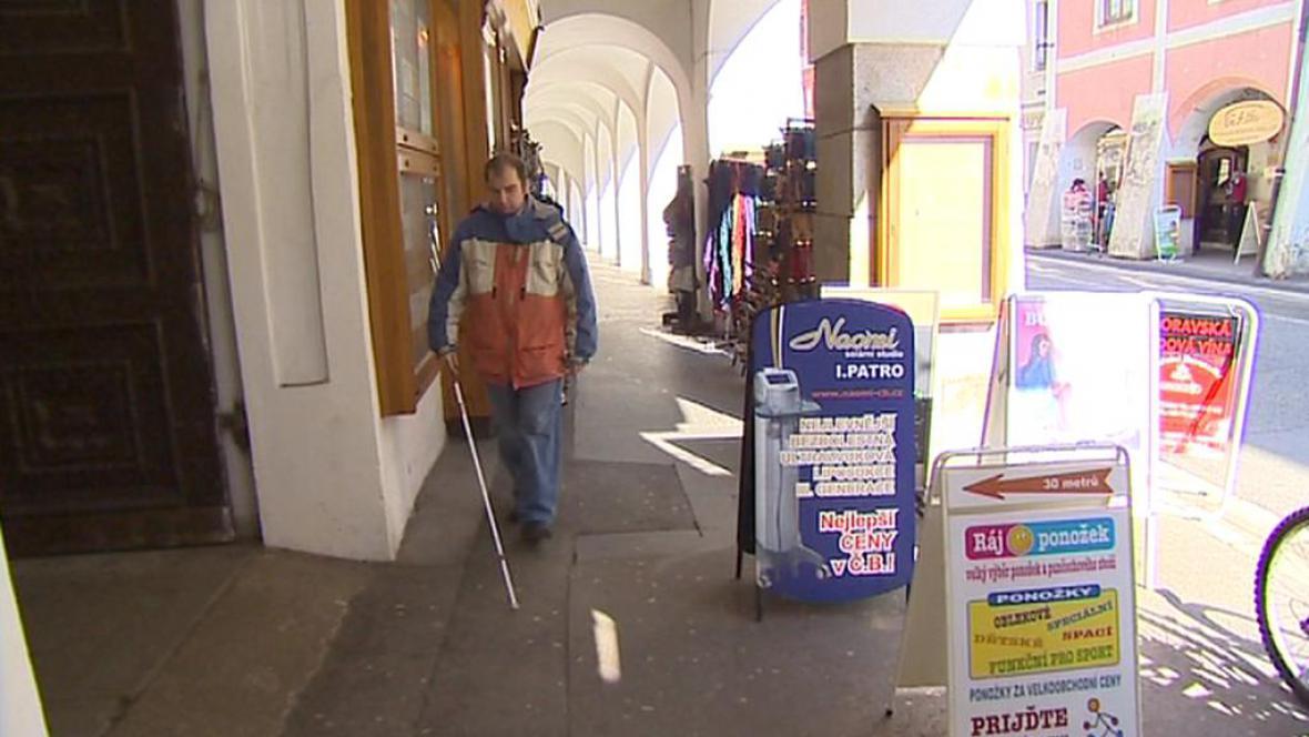 Reklamní poutače ztěžují pohyb nevidomým