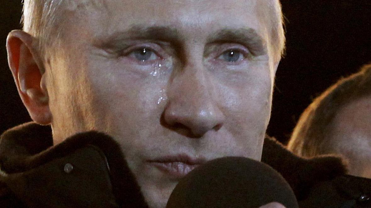 Dojatý Vladimir Putin při prohlášení svého vítězství před Kremlem