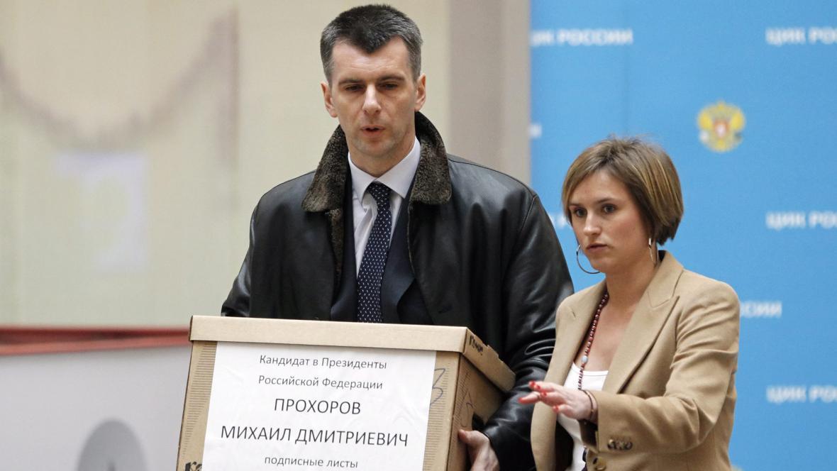 Michail Prochorov nese k volební komisi podpisové archy