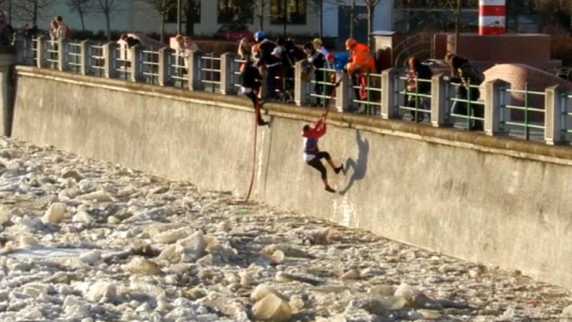 Záchrana mladíků z Bečvy