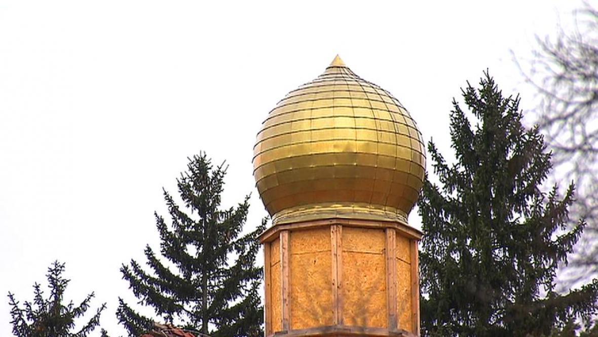 Vrcholy věží zdobí zlaté kopule