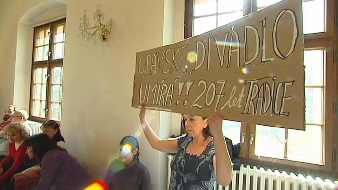 Členové operního souboru Slezského divadla s transparenty