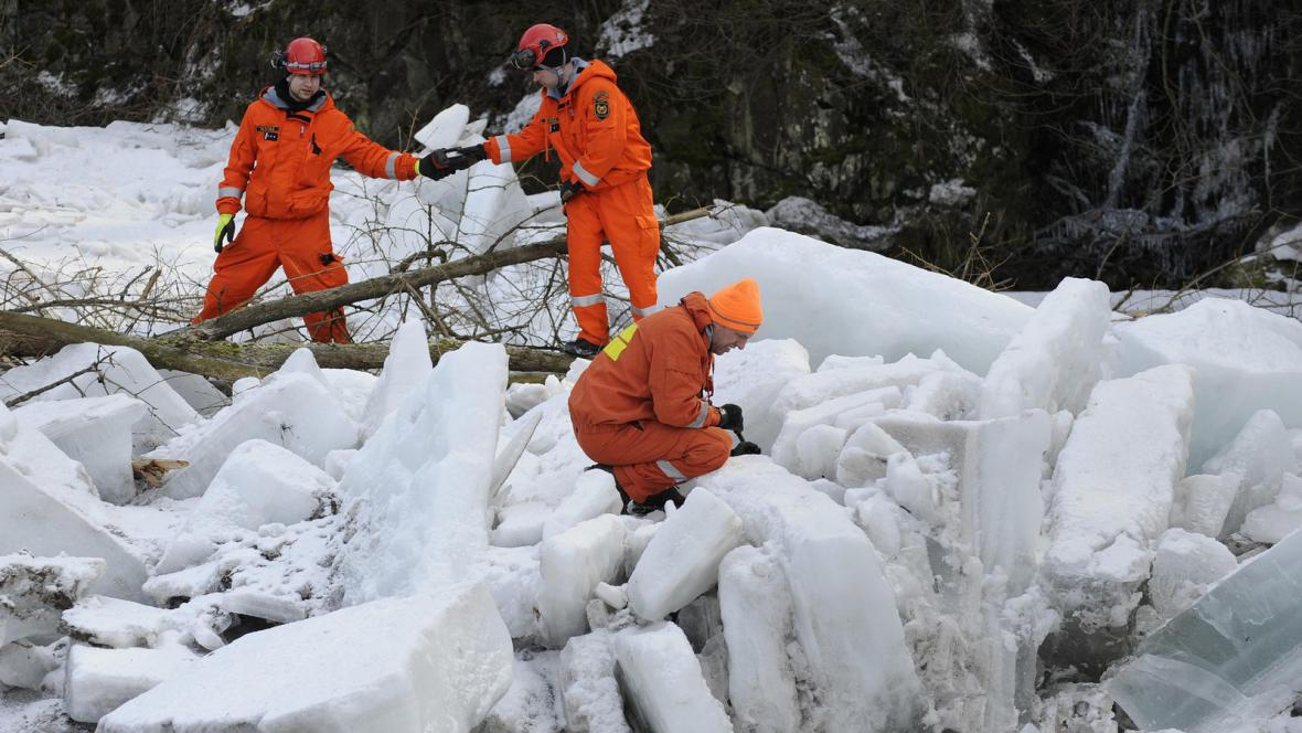 Pyrotechnici odstraňují led na Jizeře