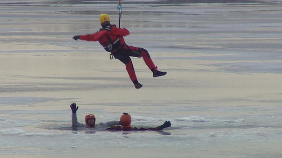 Záchranáři při výcviku na Lipně
