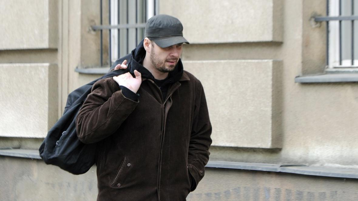 Výtvarník Roman Týc (vl. jménem David Hons) před věznicí