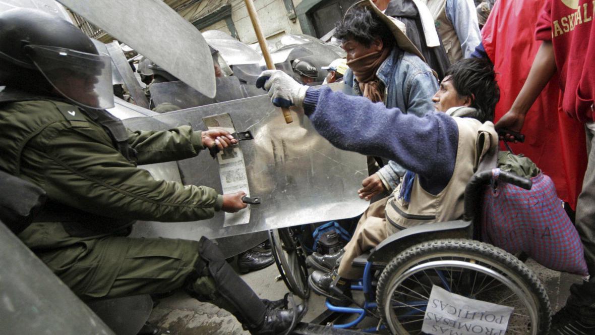 Protesty handicapovaných rozprášila policie