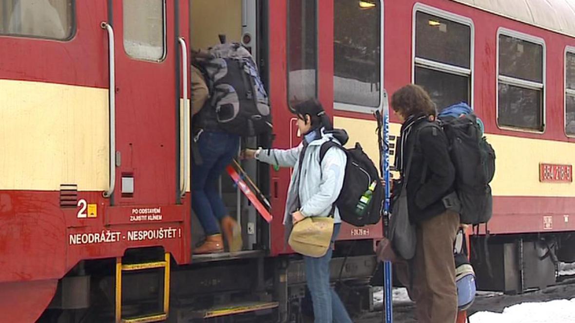 Cestující nastupují do vlaku do Harrachova
