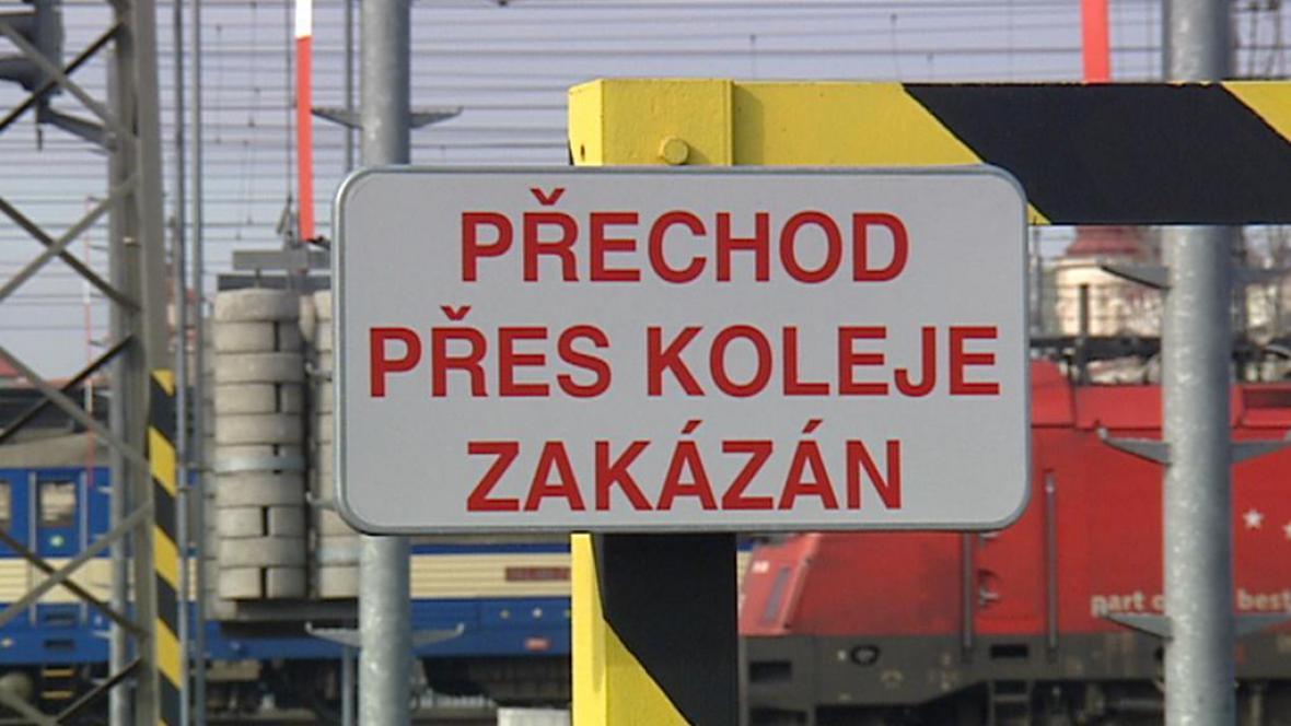Přechod přes koleje zakázán