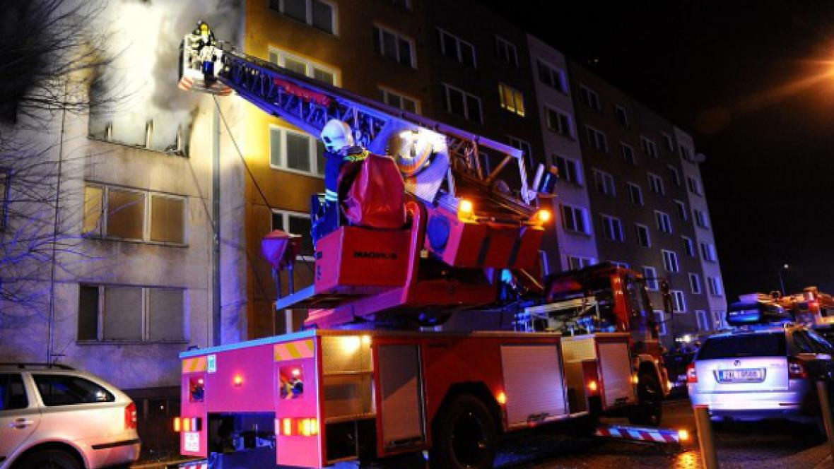 Požár paneláku v Praze 9