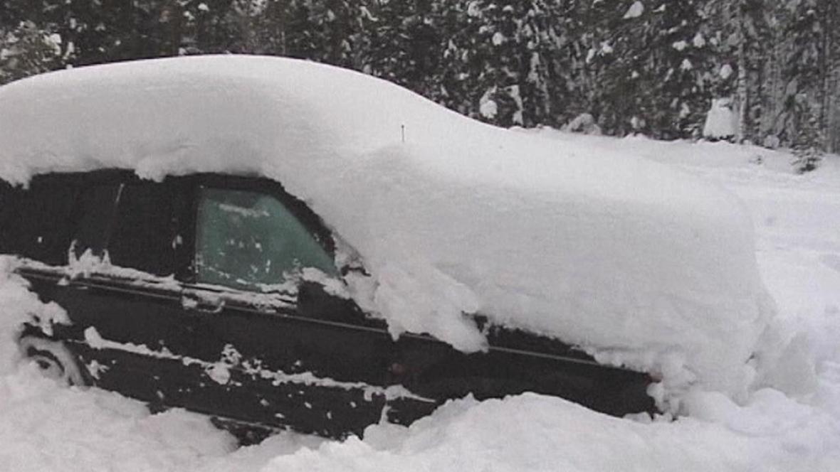 Sníh uvěznil muže v autě