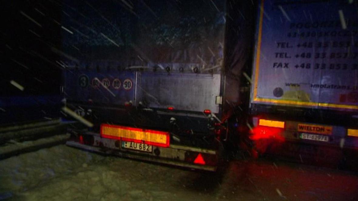 Nehoda dvou nákladních vozidel na rychlostní silnici R48