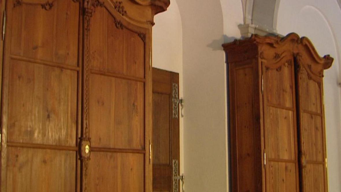 Knihovní skříně v klášteře v Plasích