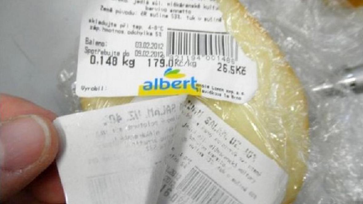 Sýr s přelepenou etiketou