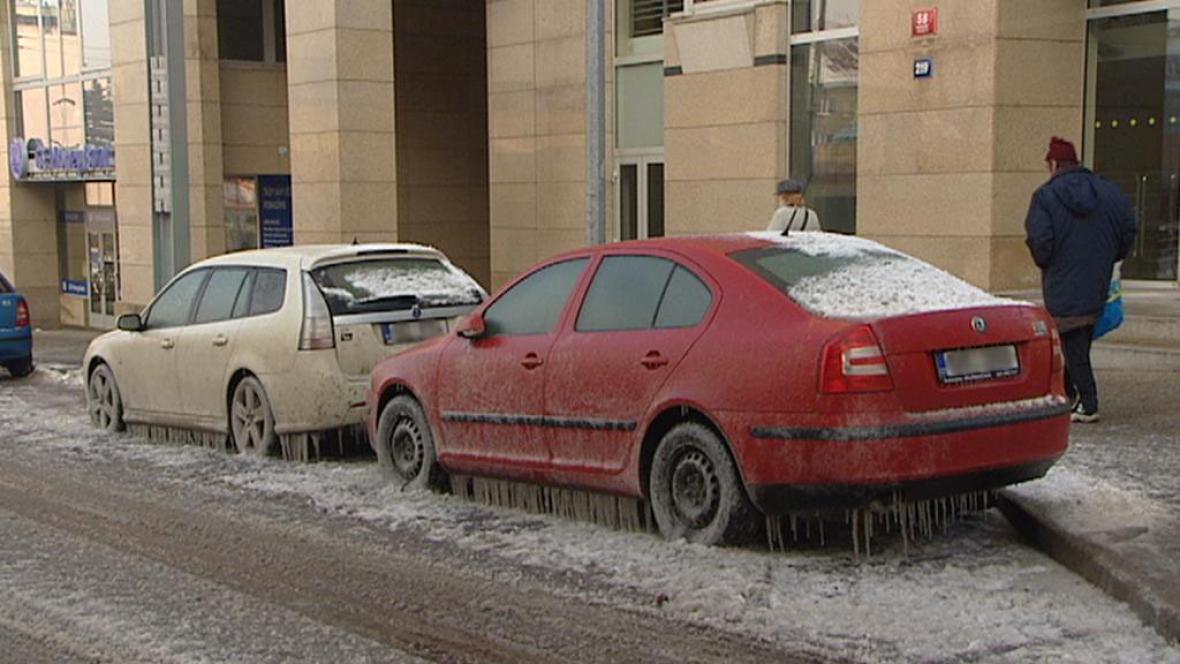 Zamrzlá voda v ulici