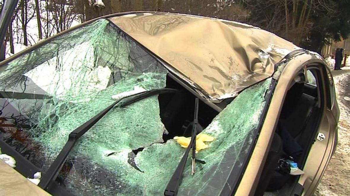 Proražené čelní sklo auta