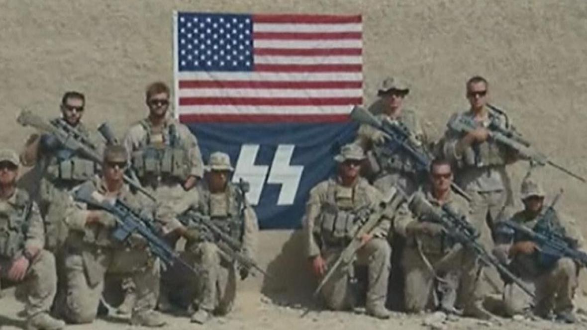 Američtí vojáci s vlajkou SS