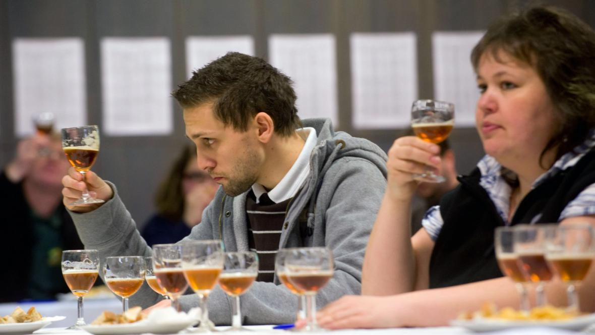 Degustátoři testují pivo na pivních slavnostech v Táboře