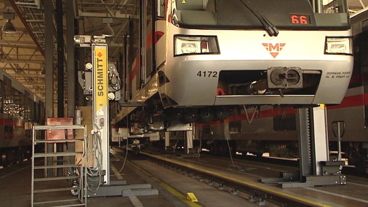 Dopravní podnik svařuje popraskané podvozky metra