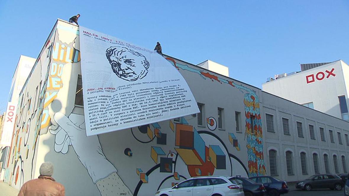 Plakát Jana Sváčka na fasádě DOX