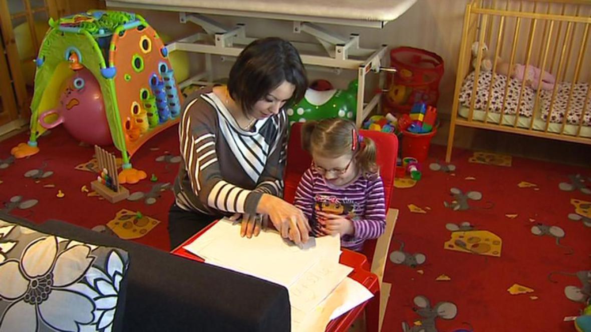 Handicapovaným dětem jde od ledna méně peněz