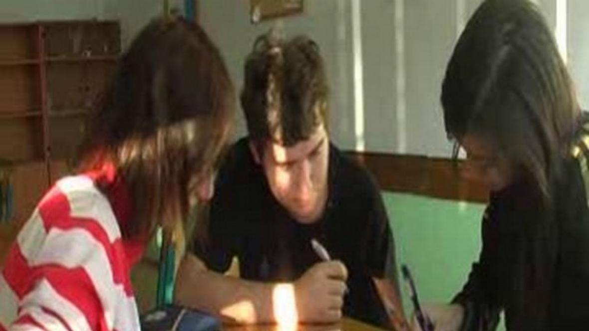 Žáci se radí nad zadaným úkolem