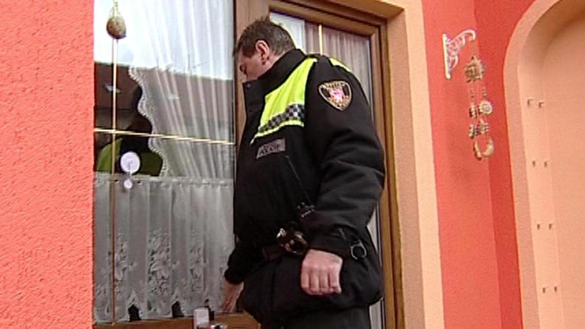 Strážníci kontrolují hlavně dveře a okna