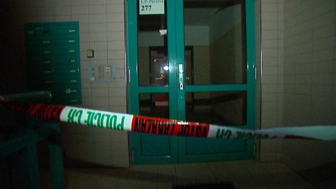 Vchod domu ve Frýdku-Místku, kde došlo k tragédii
