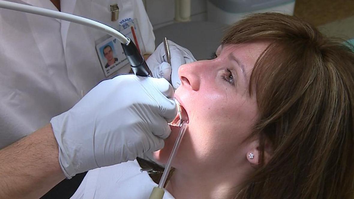 Parodontózou trpí polovina dospělých Čechů