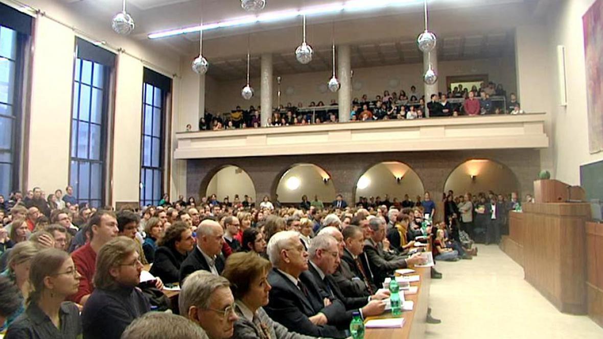 Zaplněná posluchárna právnické fakulty