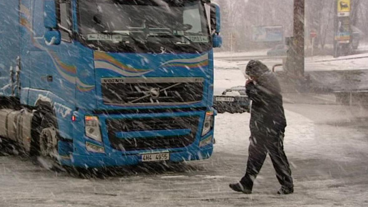 Na Benešovsku uvízlo 26 kamionů