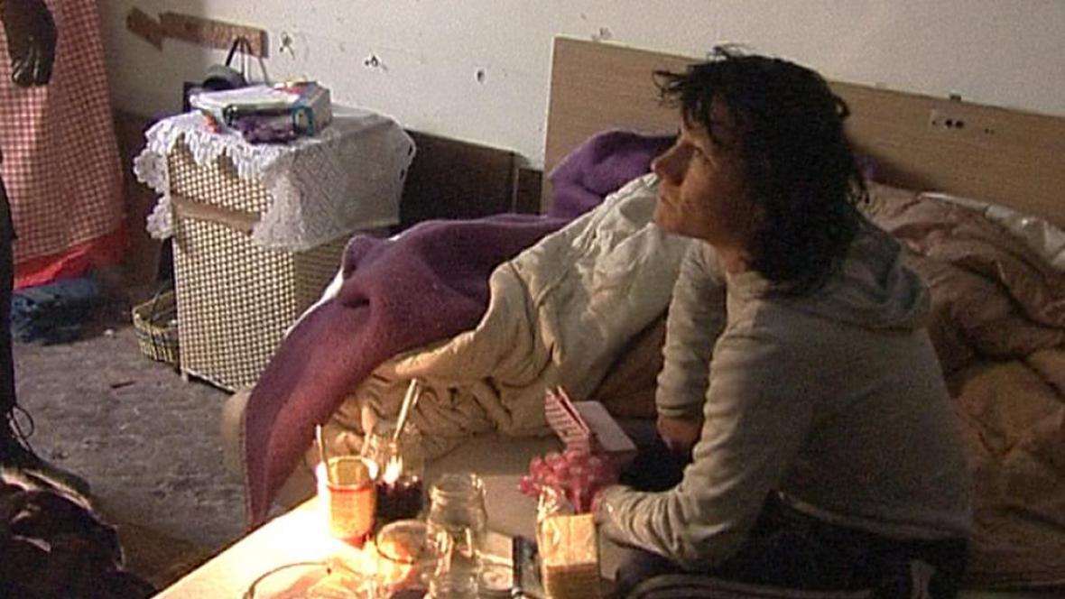 Bezdomovec při policejní kontrole