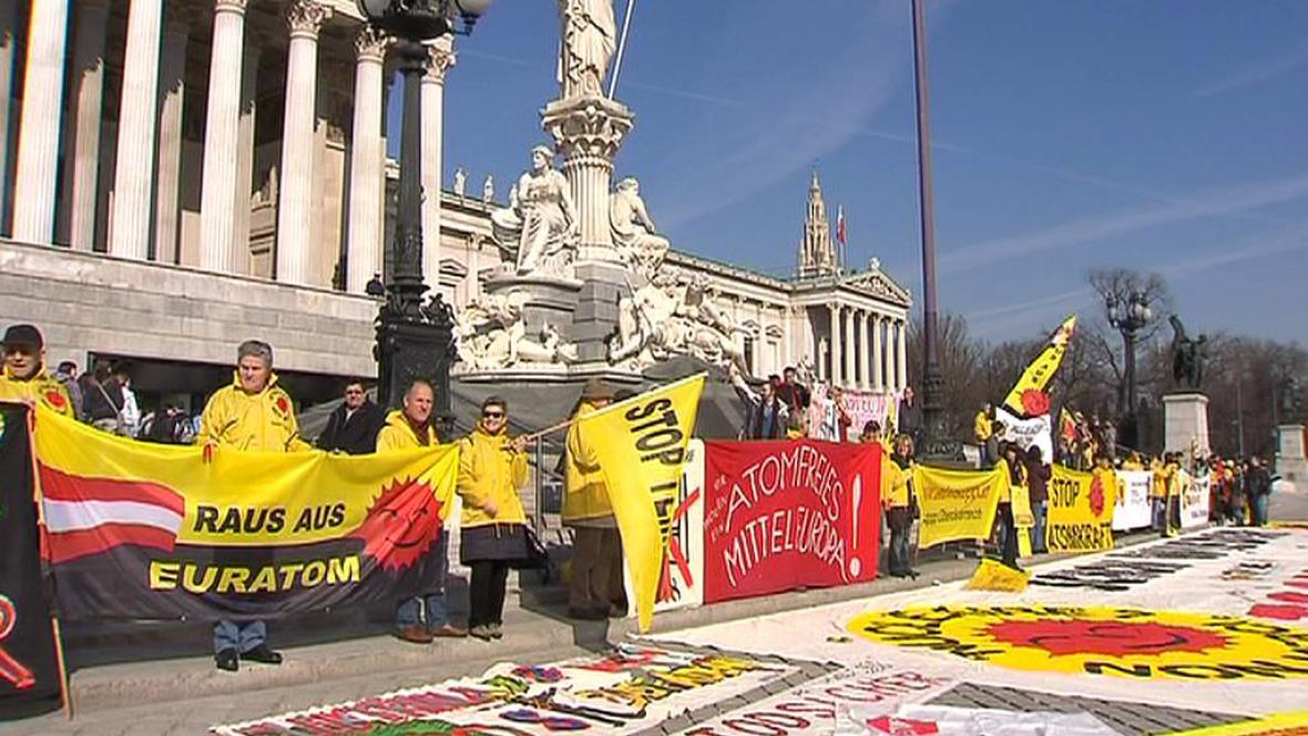Demonstranti před rakouským parlamentem