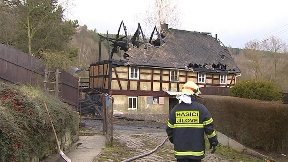 Vyhořelá roubenka v Martiněvsi