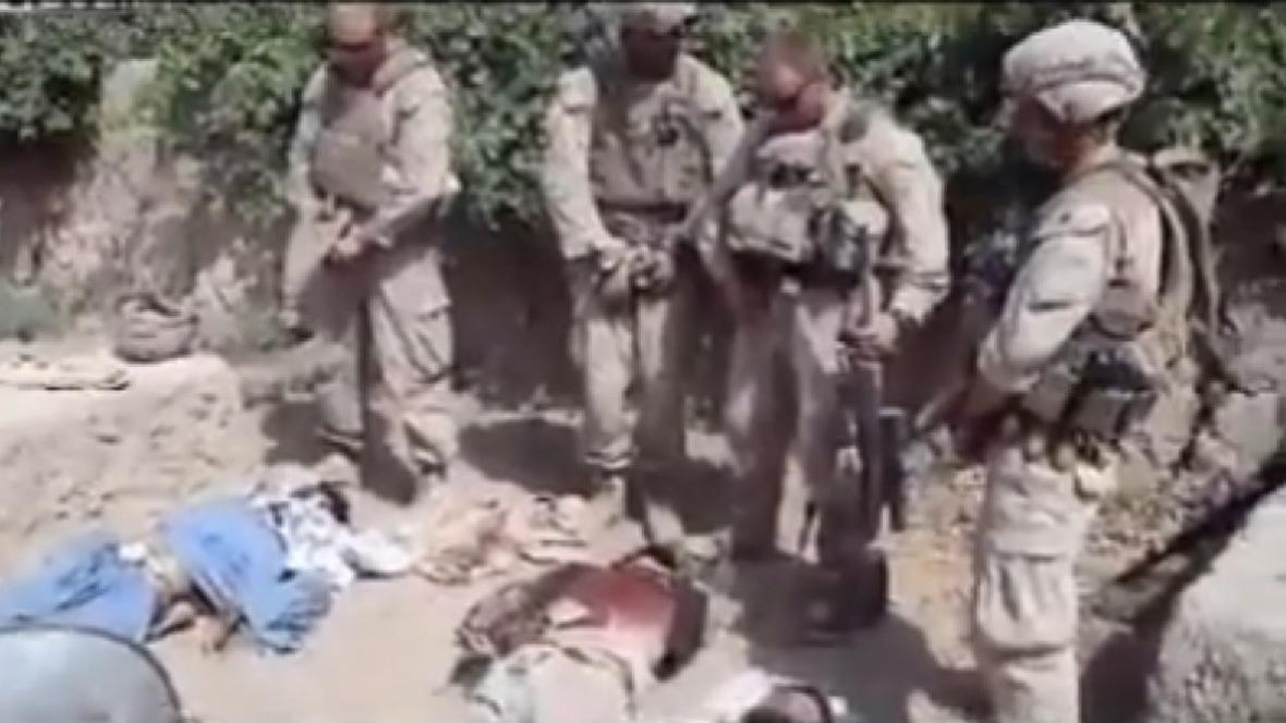 Američtí vojáci močící na těla mrtvých Talibanců