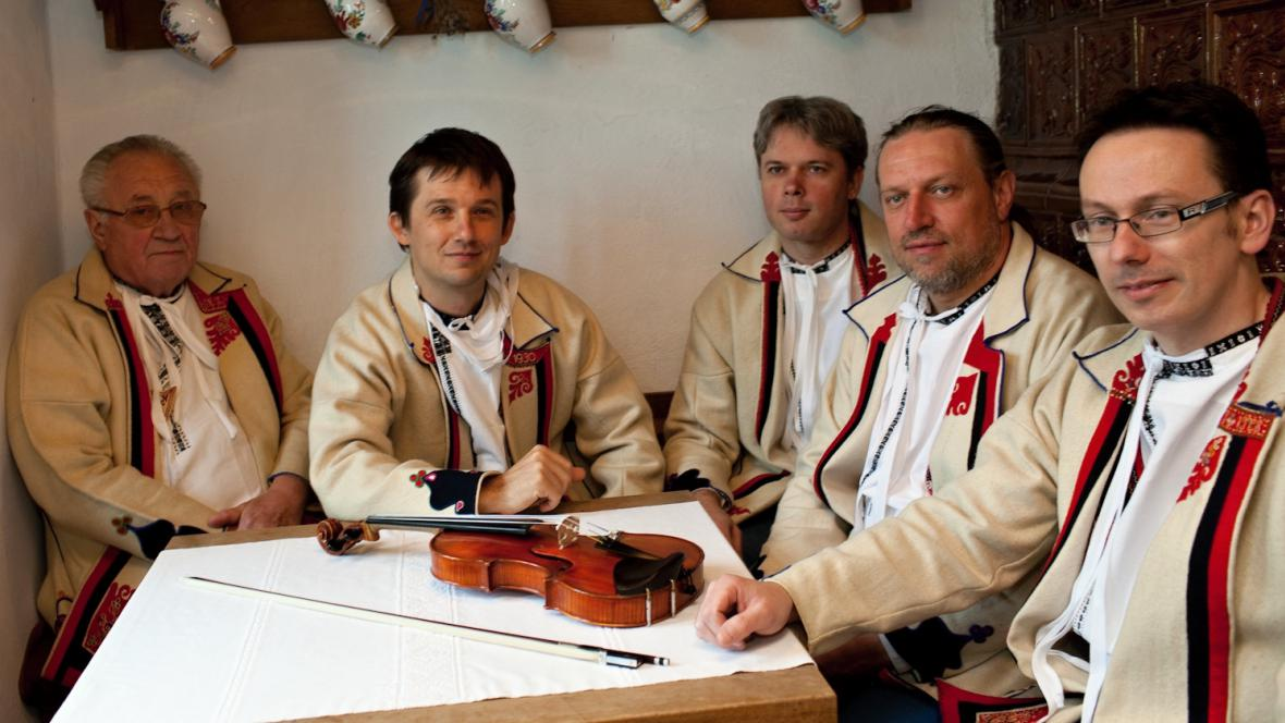 Musica Folklorica s Lubošem Holým (zcela vlevo)