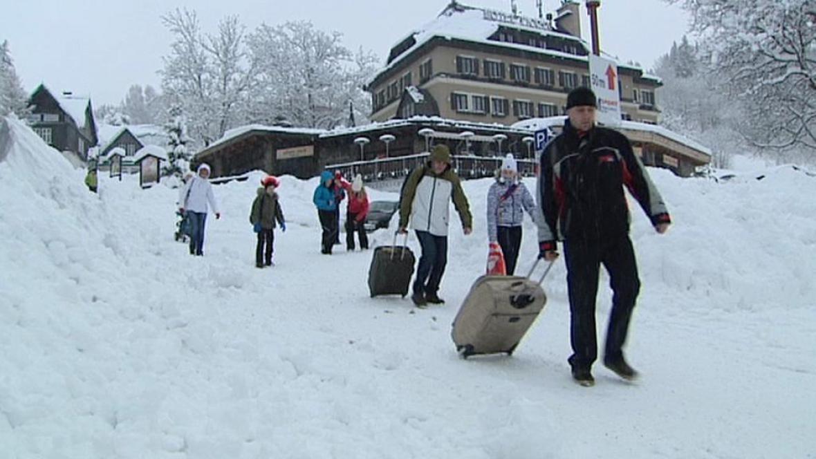 Turisté ve Špindlerově Mlýně